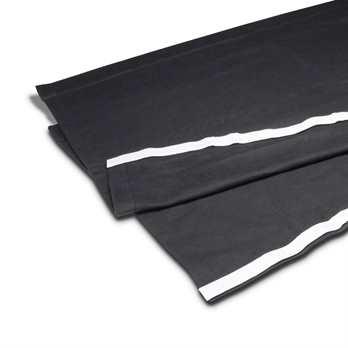 Adam Hall Dekomolton 2x1,1 Meter mit Klettband schwarz  Das Bühnenmolton von Adam Hall Accessories ist ein Blickdichtes Molton das dank seiner imprägnierter flammhemmend ist. Es verfügt über einen selbstklebendes Klettband mit 2x 1,1m , womit der Stoff
